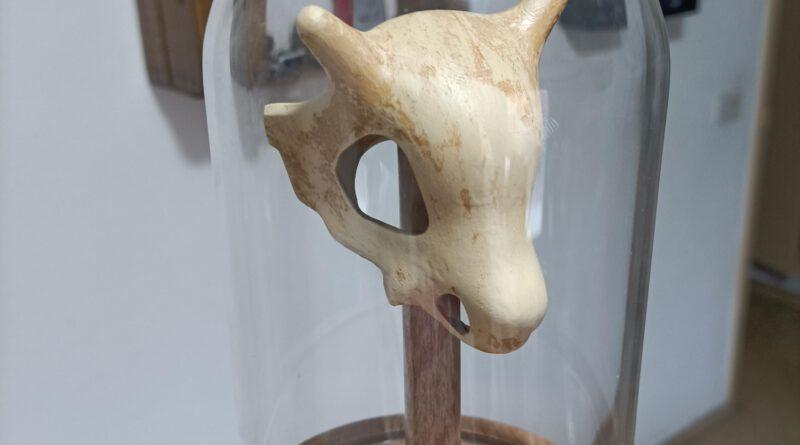 Cubone schedel, een houten staaf, een paar koperen stukken en een AliExpress koepel. 